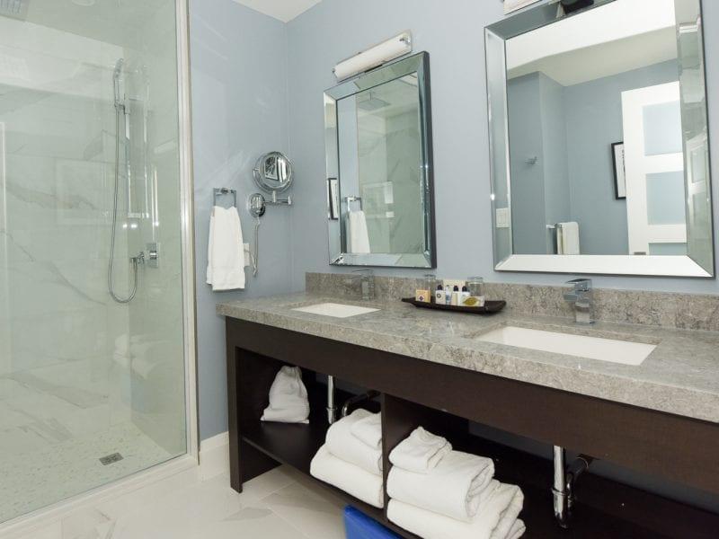 deluxe-bathroom-gate-house