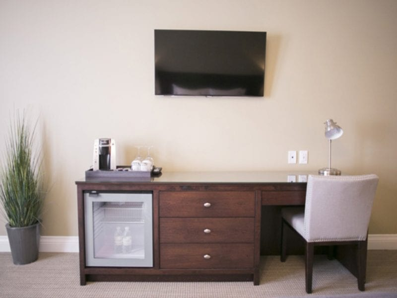 premium-room-desk-and-tv